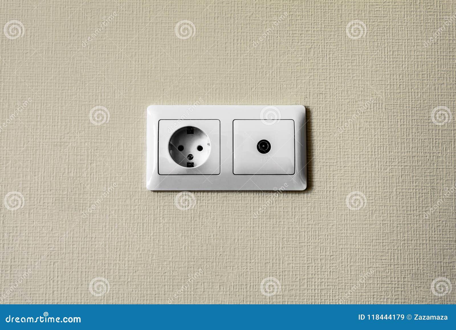 Ein Elektrischer Sockel Und Fernsehausgang In Der Gipskartonwand Im
