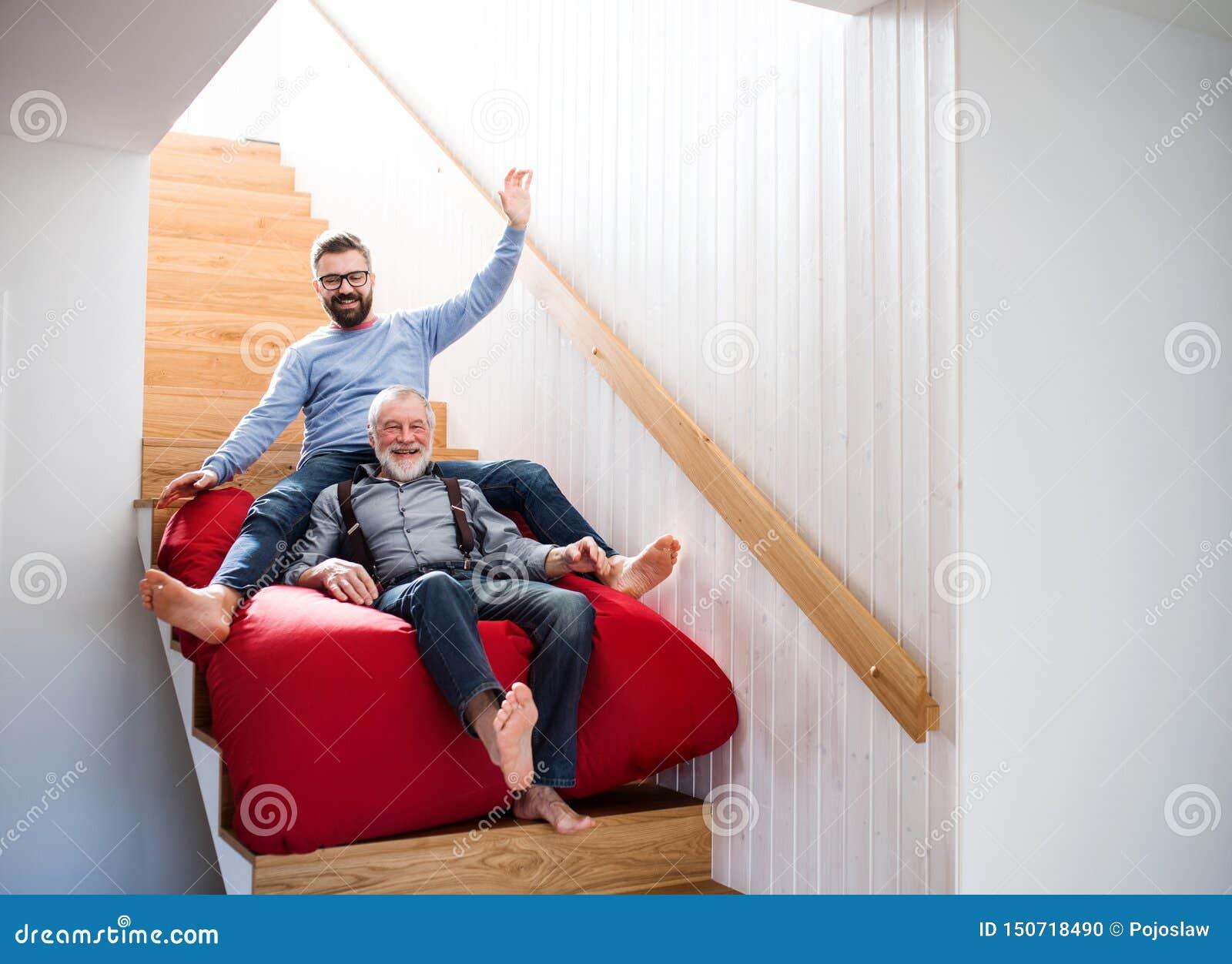 Ein erwachsener Hippie-Sohn und ein ?lterer Vater zuhause zu Hause, Spa? habend