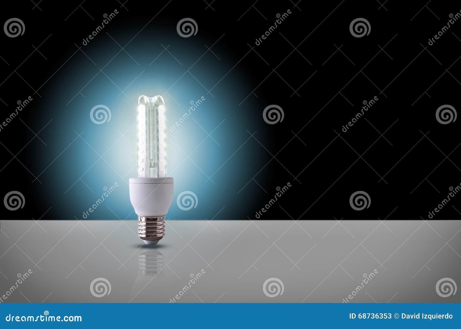 Ein führte Glühlampe auf schwarzem Hintergrund