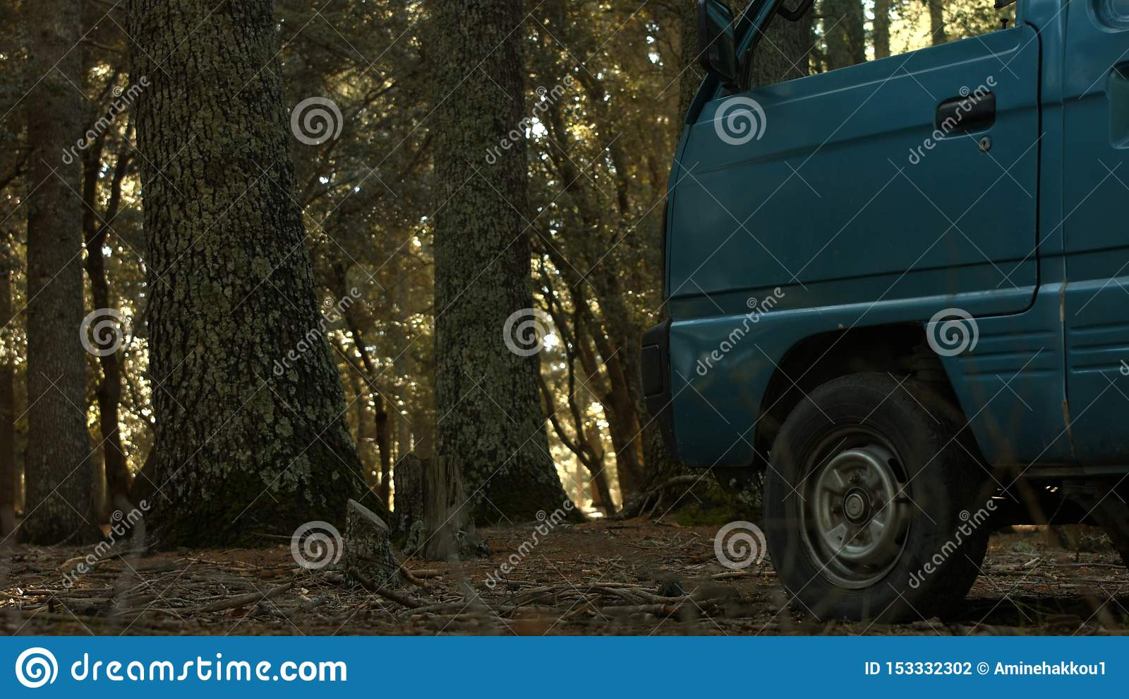 Ein Fahrzeug innerhalb des Dschungels im marokkanischen Atlas