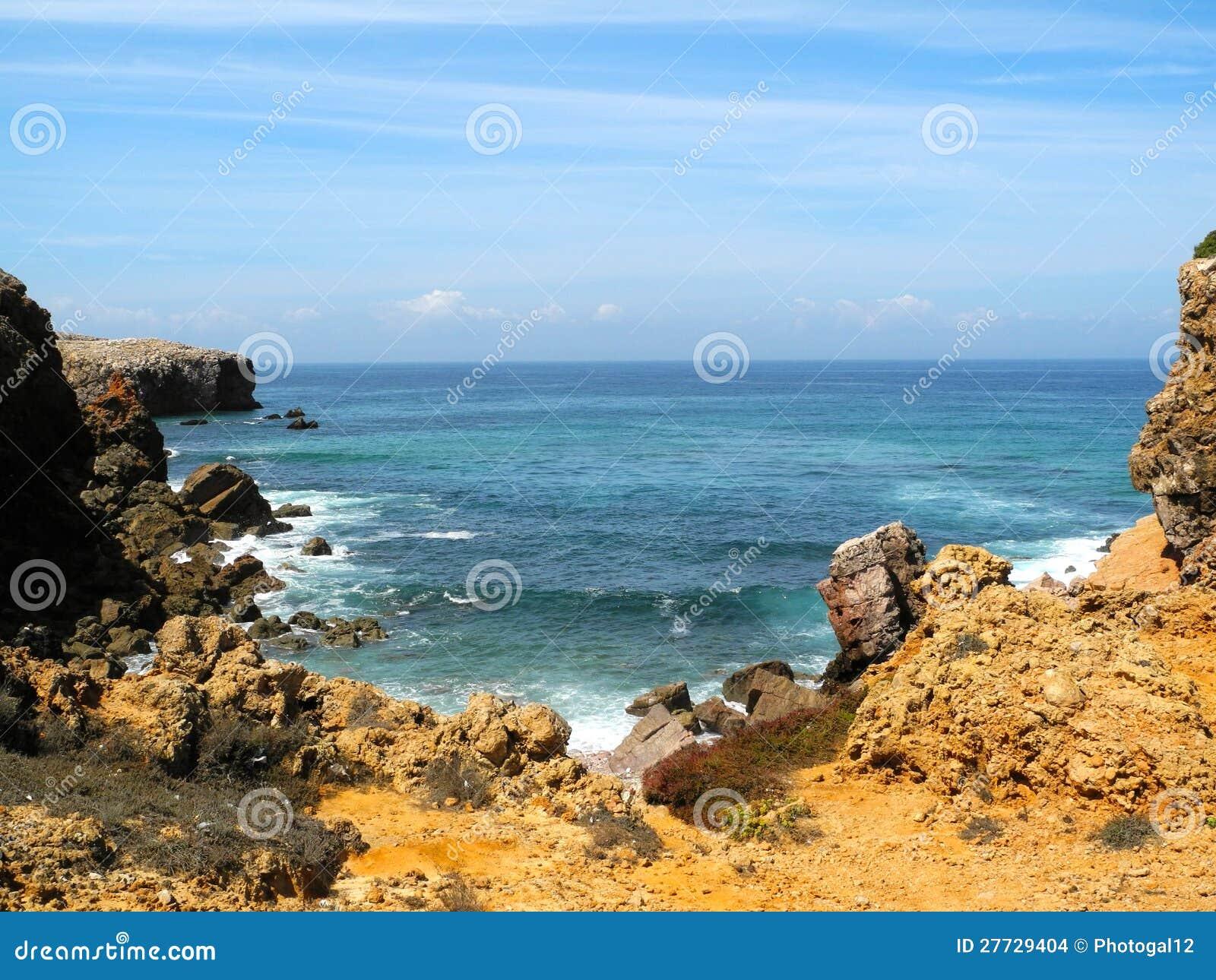 Ein felsiger Klippen-Strand