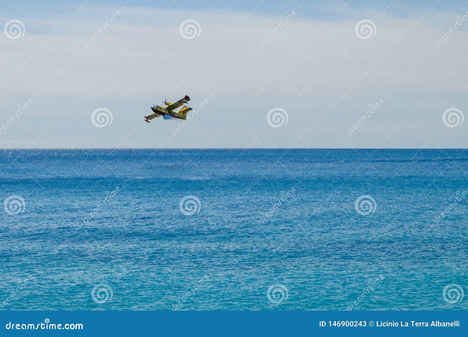 Ein Feuerwehrmann Canadair im Flug während einer Seeübung