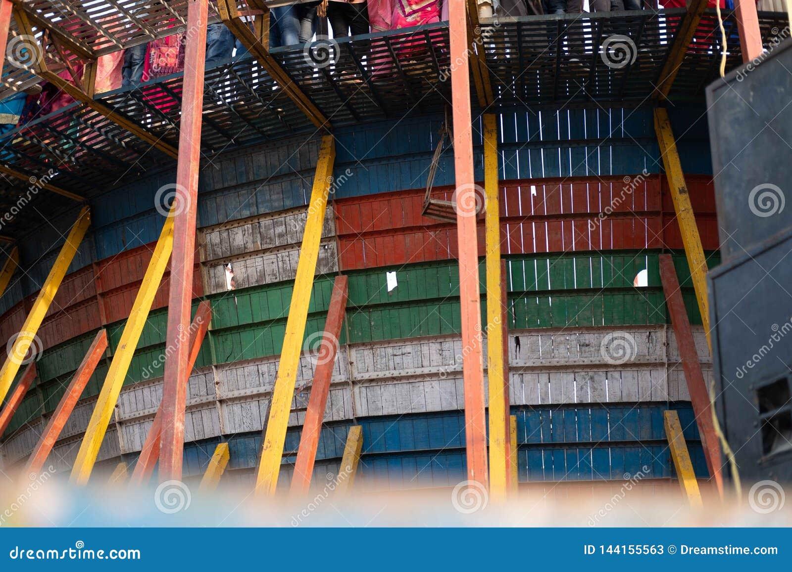 Ein Foto der Löcher in den hölzernen Planken, die die Wand des Todes bilden