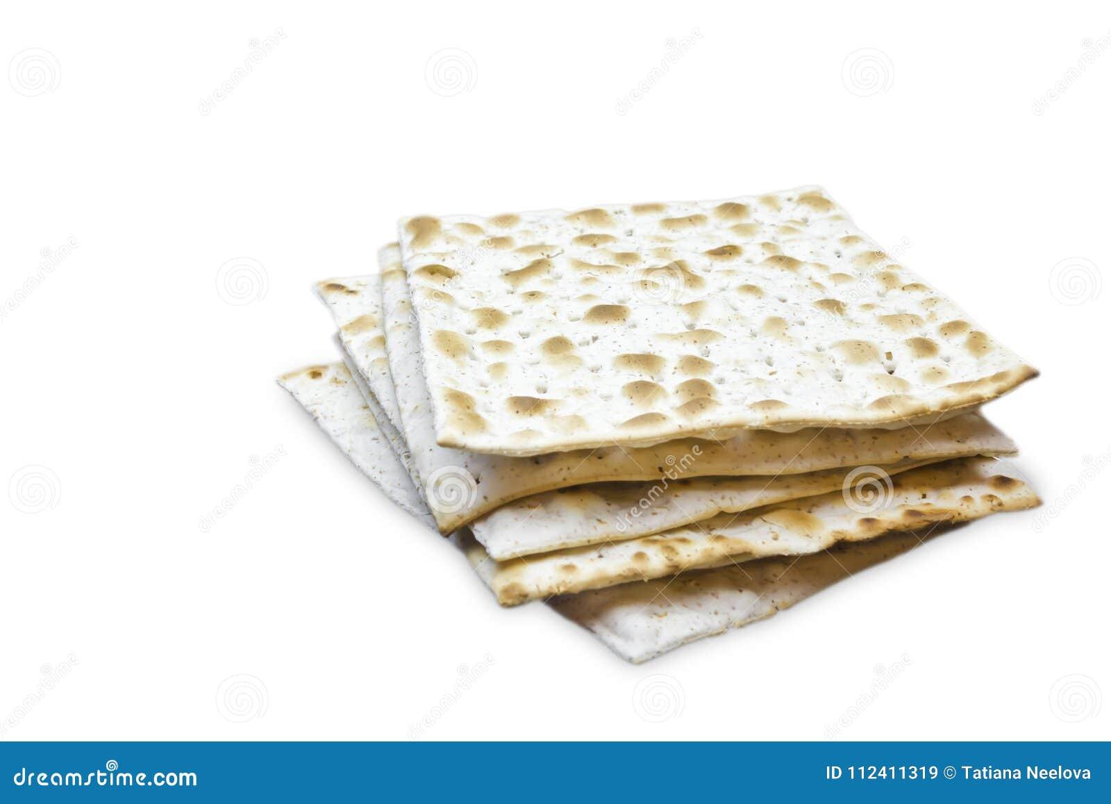 Ein Foto von zwei Stücken Matzah oder matza lokalisiert auf weißem Hintergrund Matzah für die jüdischen Passahfestfeiertage Platz