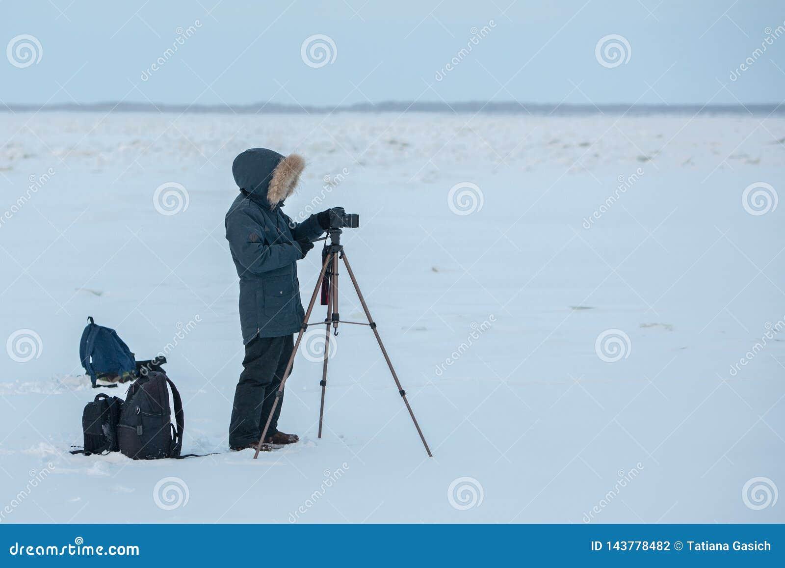 Ein Fotograf und ein videographer, die den Bericht über Lena River in Yakutia, Sakha Republik entfernen