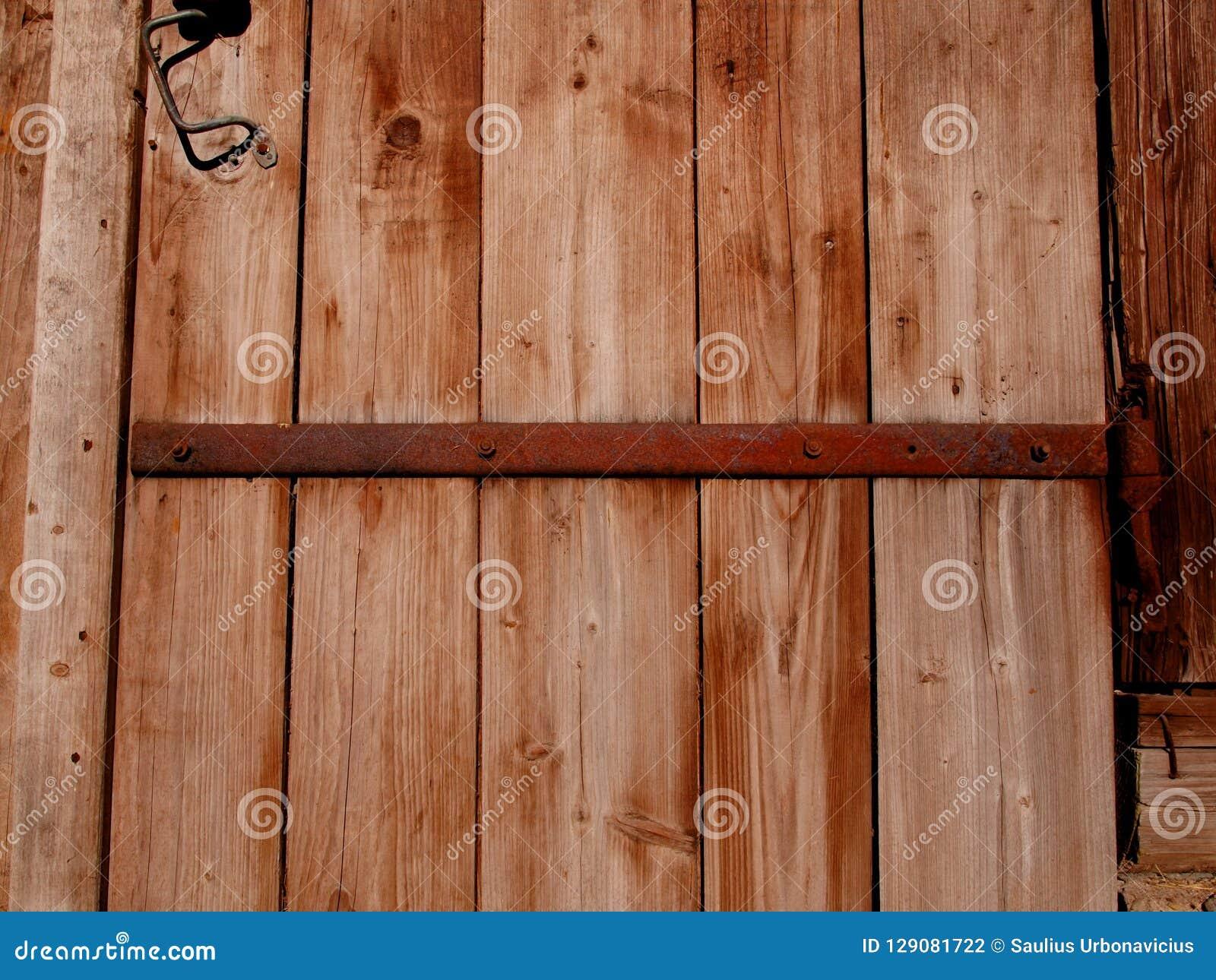Ein Fragment einer alten hölzernen Scheunentür