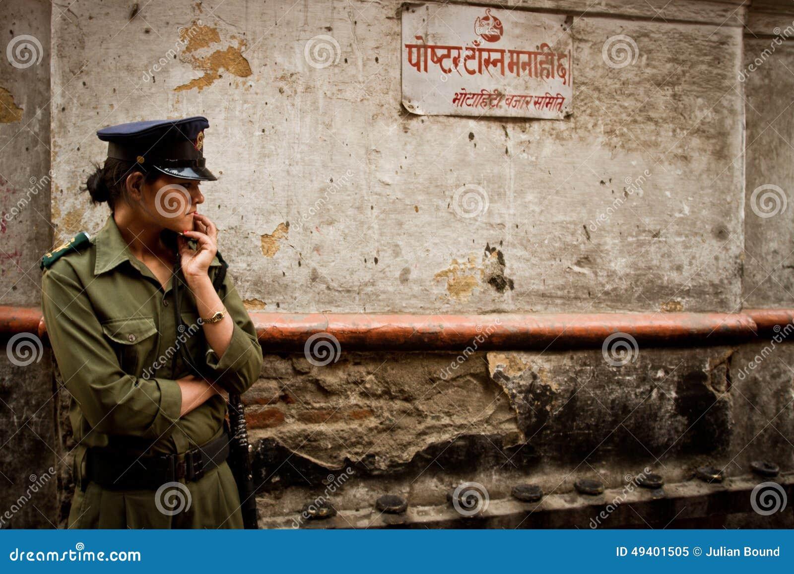 Download Ein Frauensicherheitsbeamte Von Kathmandu, Nepal Redaktionelles Bild - Bild von katmandu, feiertag: 49401505