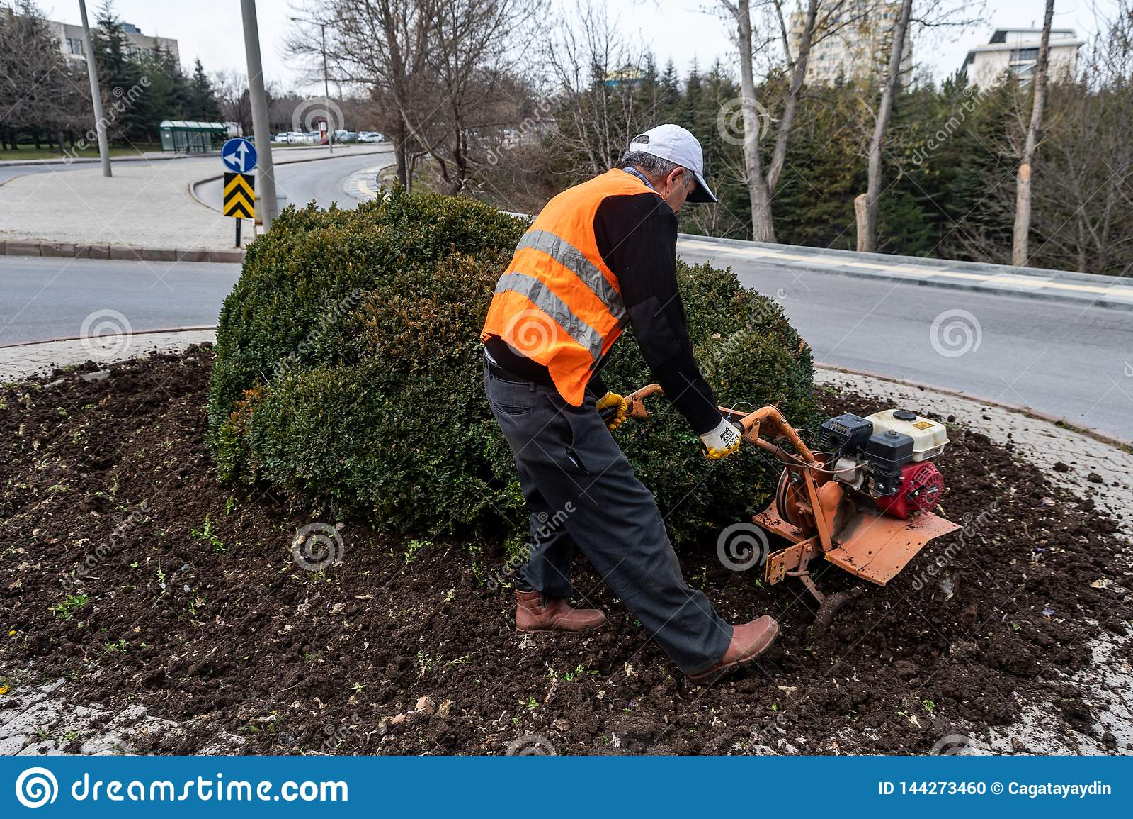 Ein Gärtner, der an Boden arbeitet