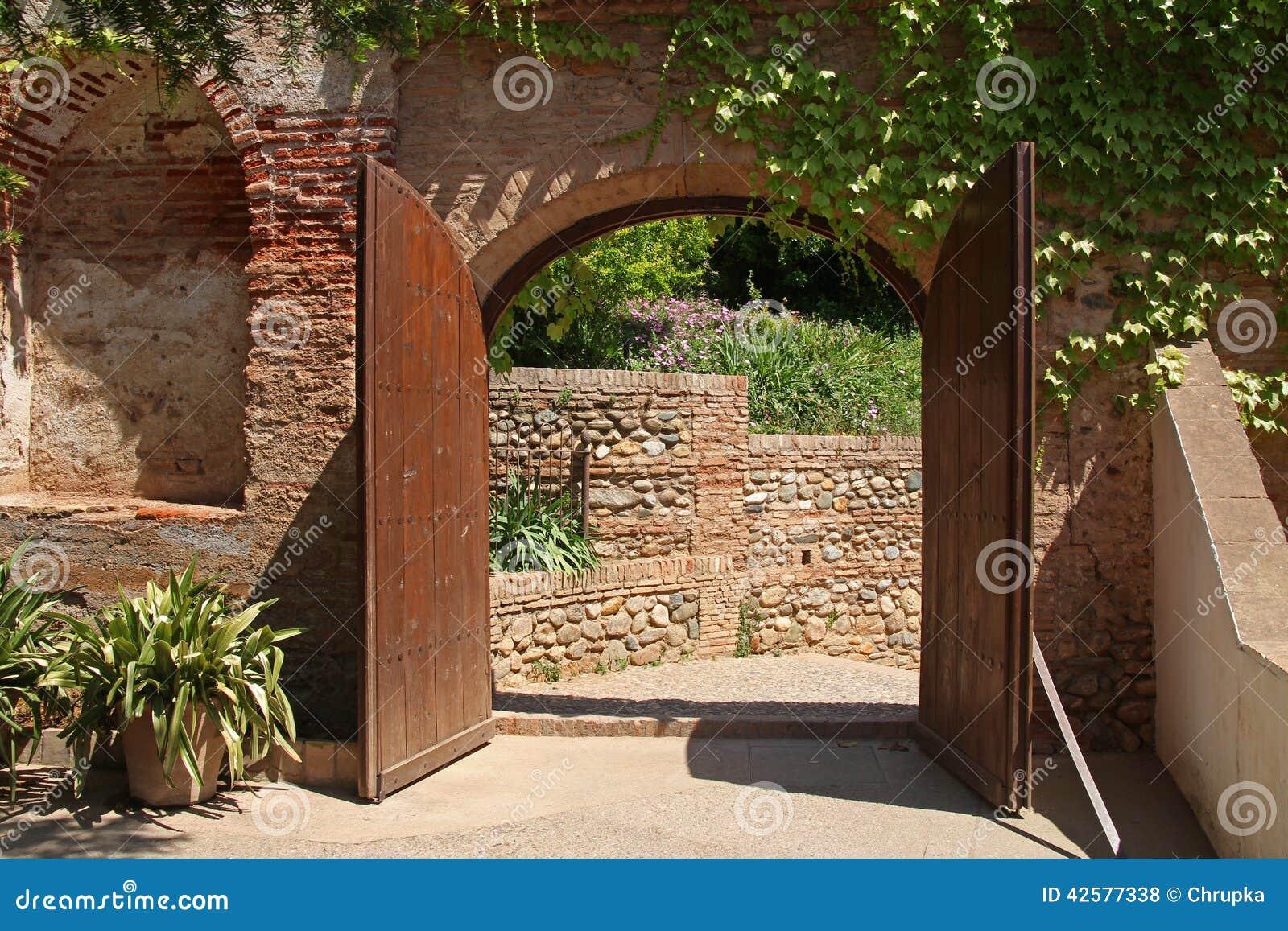 Geöffnetes tor  Ein Geöffnetes Altes Hölzernes Tor In Alhambra, Granada, Spanien ...