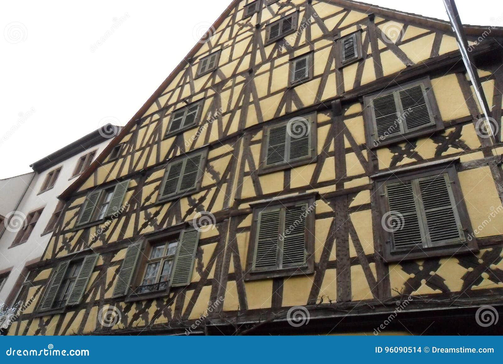 Ein Gelb Bauholz-gestaltete Haus in Ribeauvillé in Frankreich