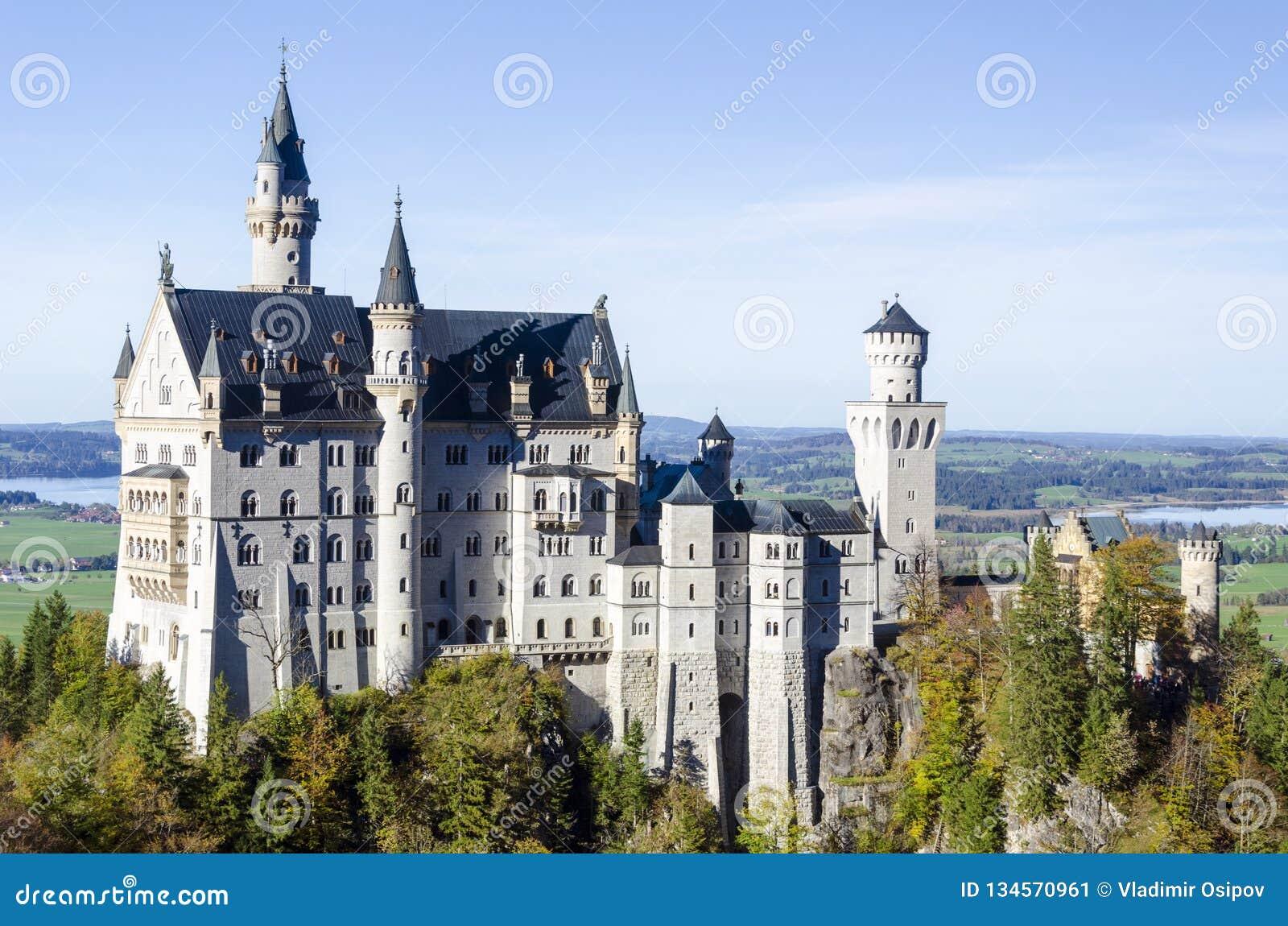 Ein geräumiger Panoramablick eines romantischen alten Schlosses nannte Neuschwanstein, das im Bayern Deutschland gelegen ist