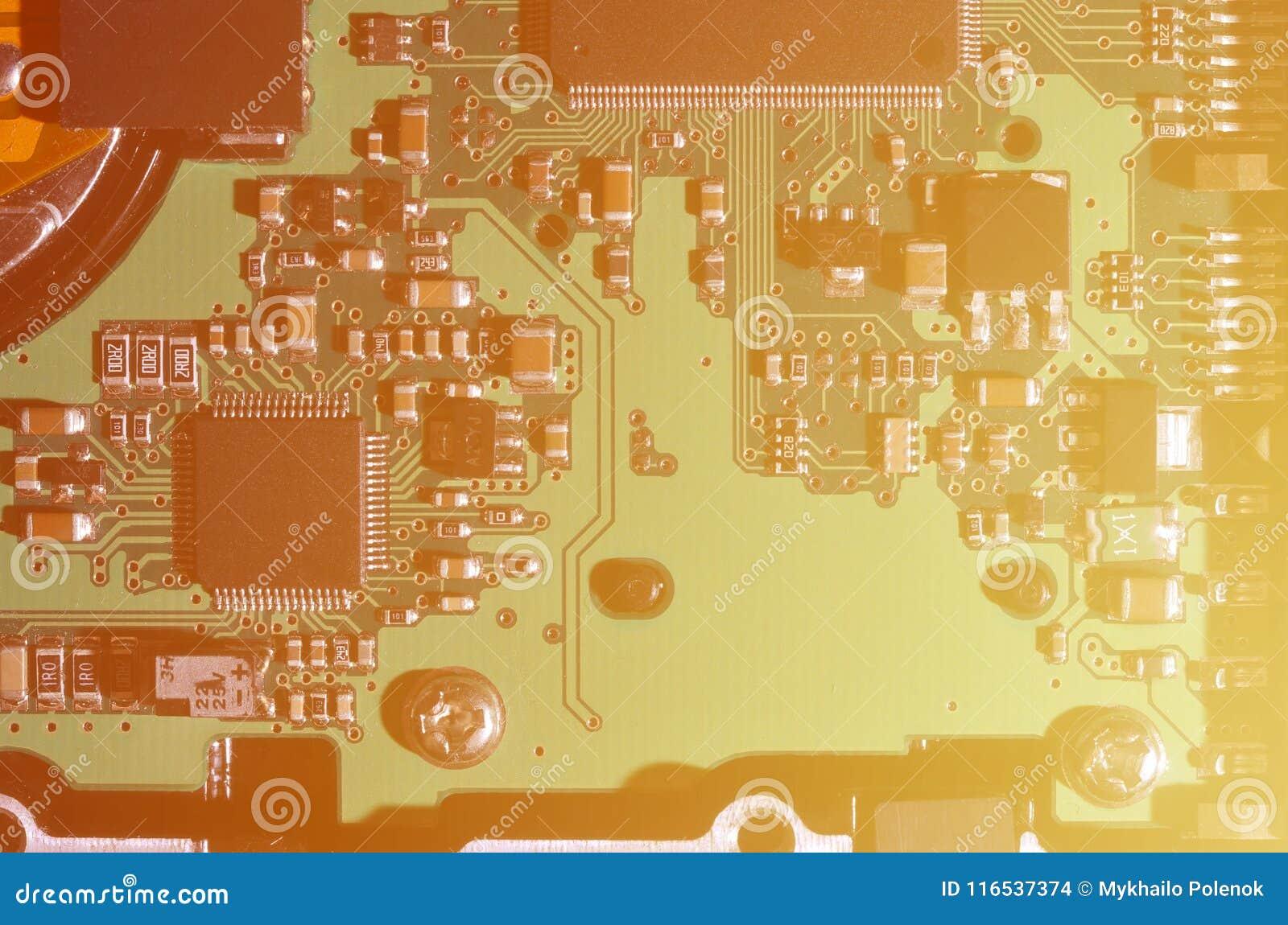 Ein getontes Makrobild eines Computerbrettes mit vielen kleinen technologischen Elementen Extrem flache Schärfentiefe Abstraktes