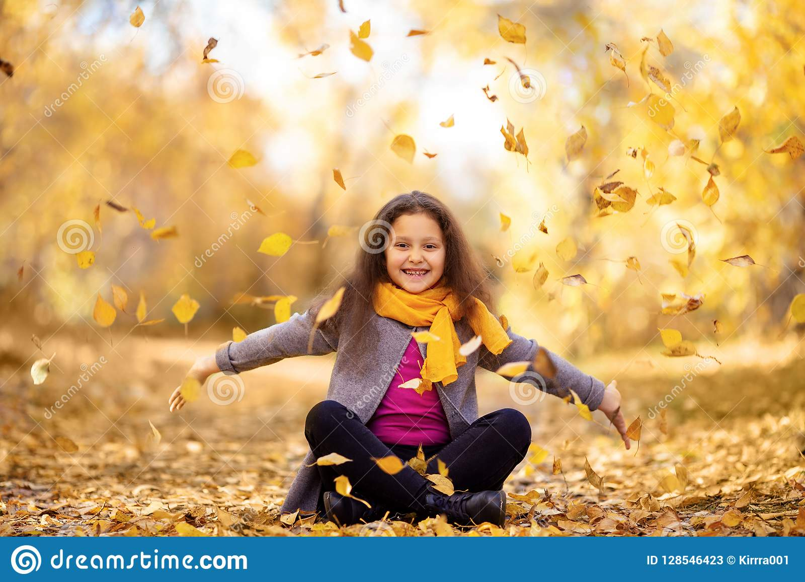 Ein glückliches Mädchen geht in den Herbstwald
