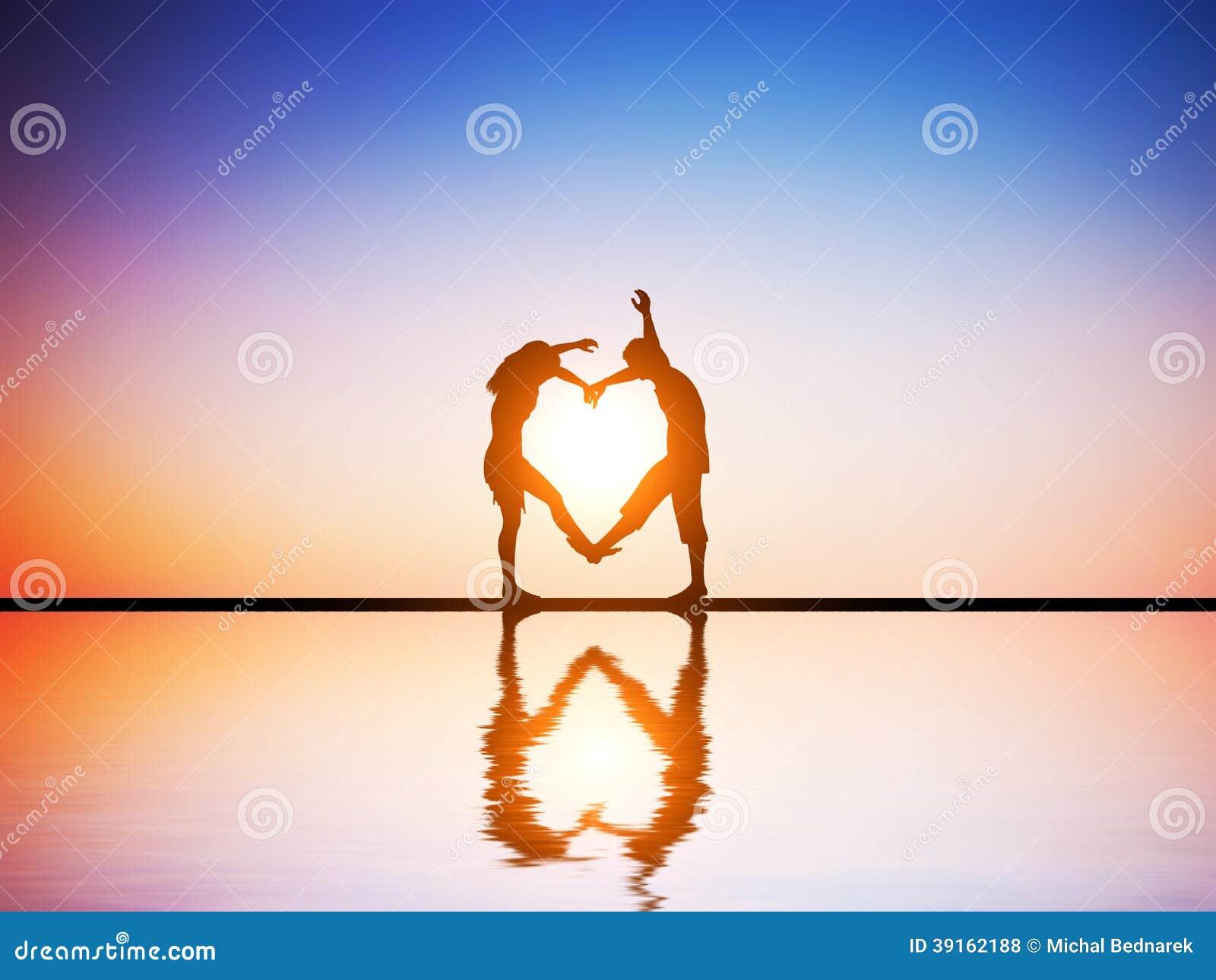 Ein glückliches Paar in der Liebe, die eine Herzform macht