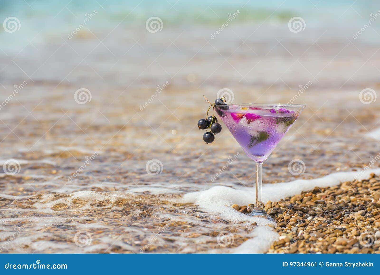 Ein Glas Mit Einem Erfrischungsgetränk Im Schaum Der Seebrandung Auf ...