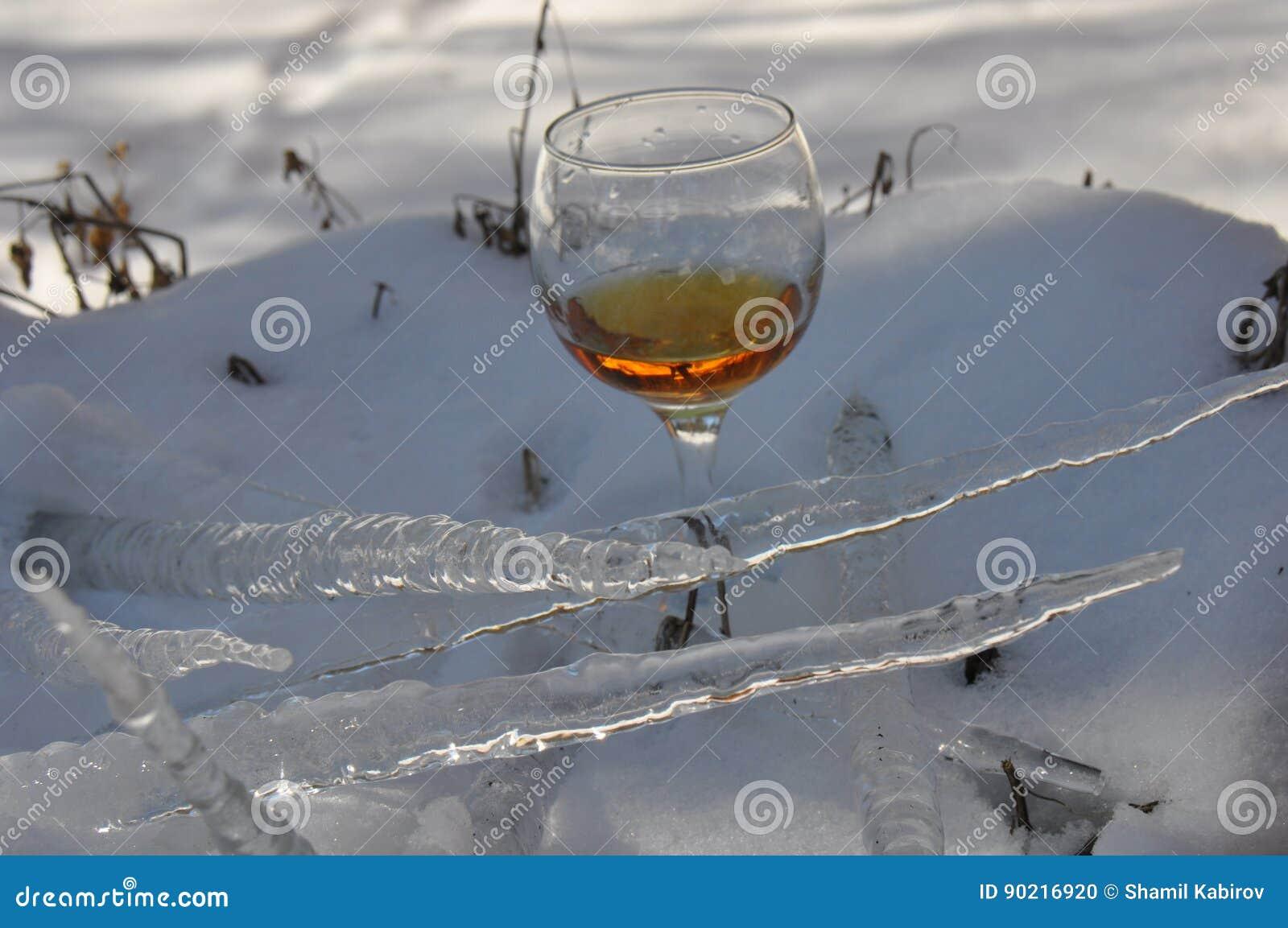 ein glas wein im schnee stockfoto bild von nave wein. Black Bedroom Furniture Sets. Home Design Ideas