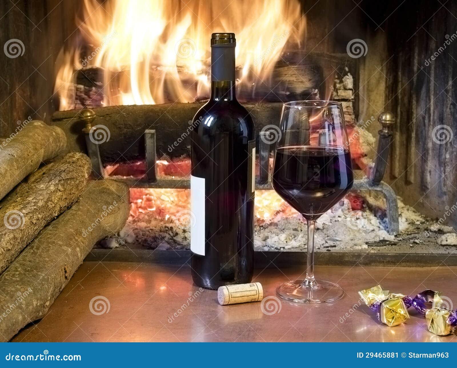 ein glas wein vor einem kamin stockbild bild von getr nk. Black Bedroom Furniture Sets. Home Design Ideas