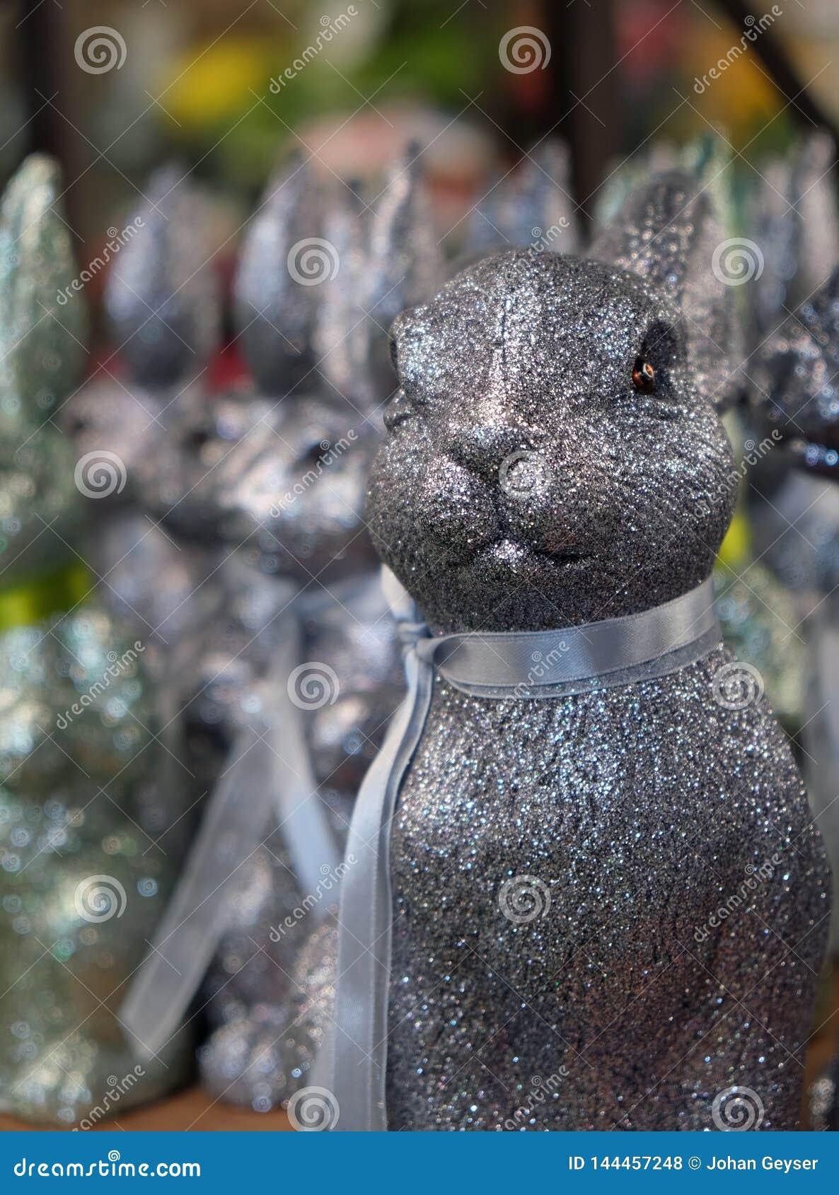 Ein glittery Häschen, das den Ostern-Feiertag mit seinen Freunden im Hintergrund erwartet
