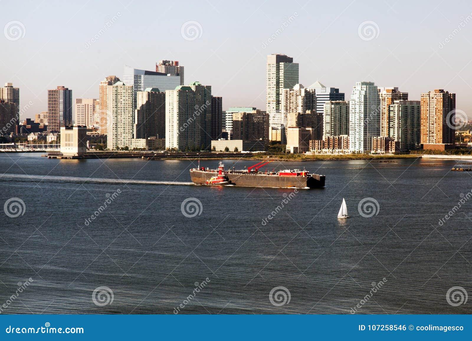 Ein großer Tanker, der durch Hudson- und Jersey-Skyline überschreitet