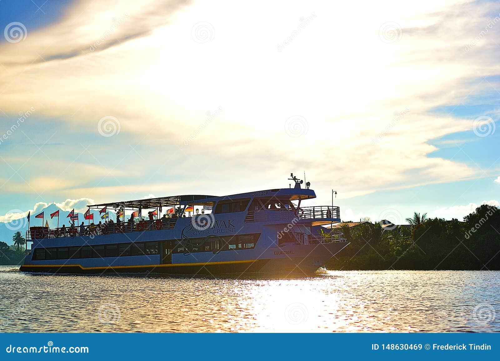 Ein großes Kreuzschiff-tragende Touristen überschreiten durch mein kleines Boot