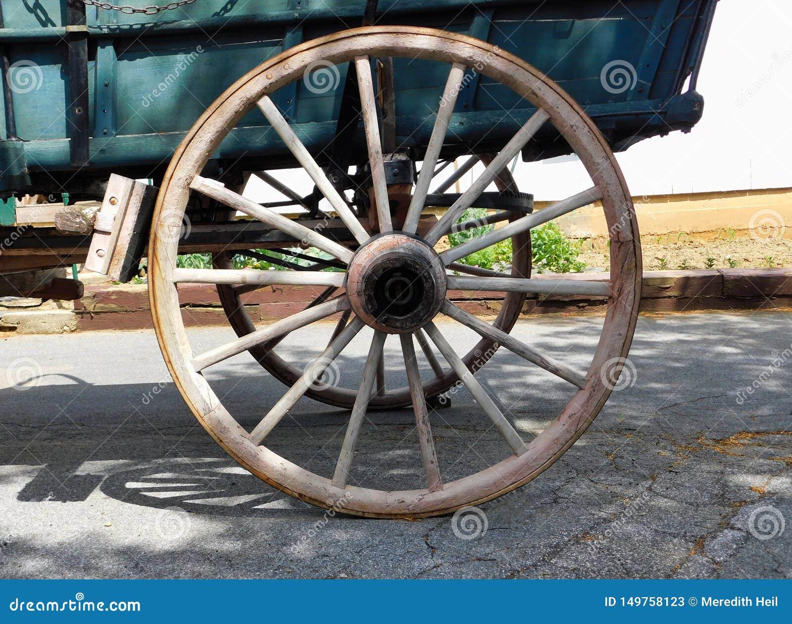 Ein hölzernes Lastwagenrad