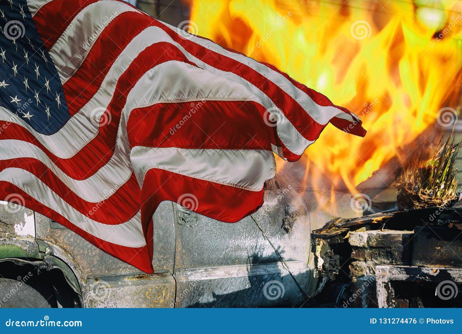 Ein Haus wurde durch die Häuser waren verloren zur Flamme und zur amerikanischen Flagge gebrannt