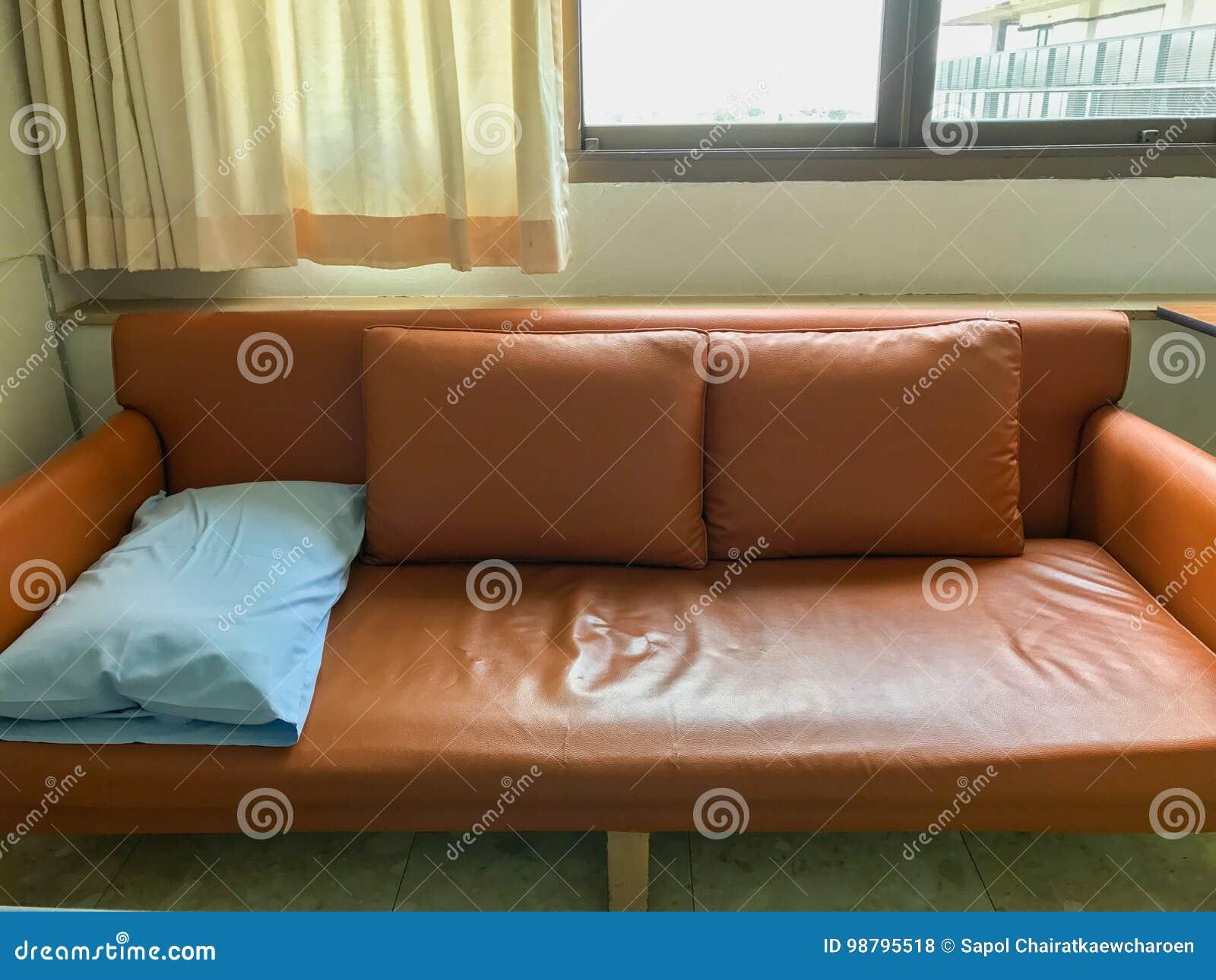Brilliant Hellblaues Sofa Das Beste Von Pattern Ein Kissen Und Zwei Orange Kissen