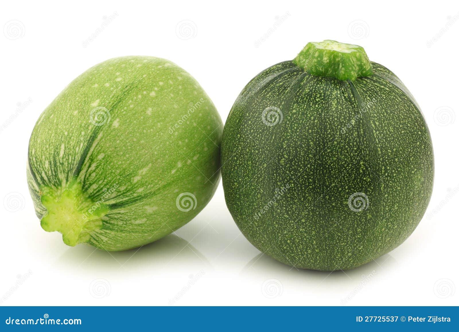 Ein hellgrün und eine grüne runde Zucchini