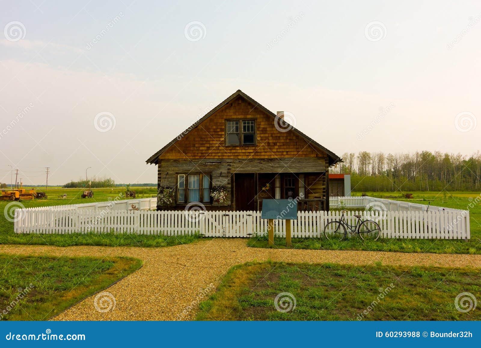Ein historisches Haus im kanadischen Grasland