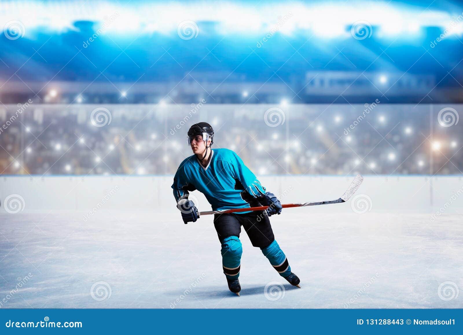 Ein Hockeyspieler auf Eis in der Aktion, Arena