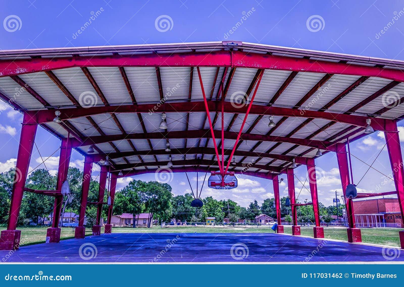 Ein Innenstadtbasketballplatz auf einem Spielplatz