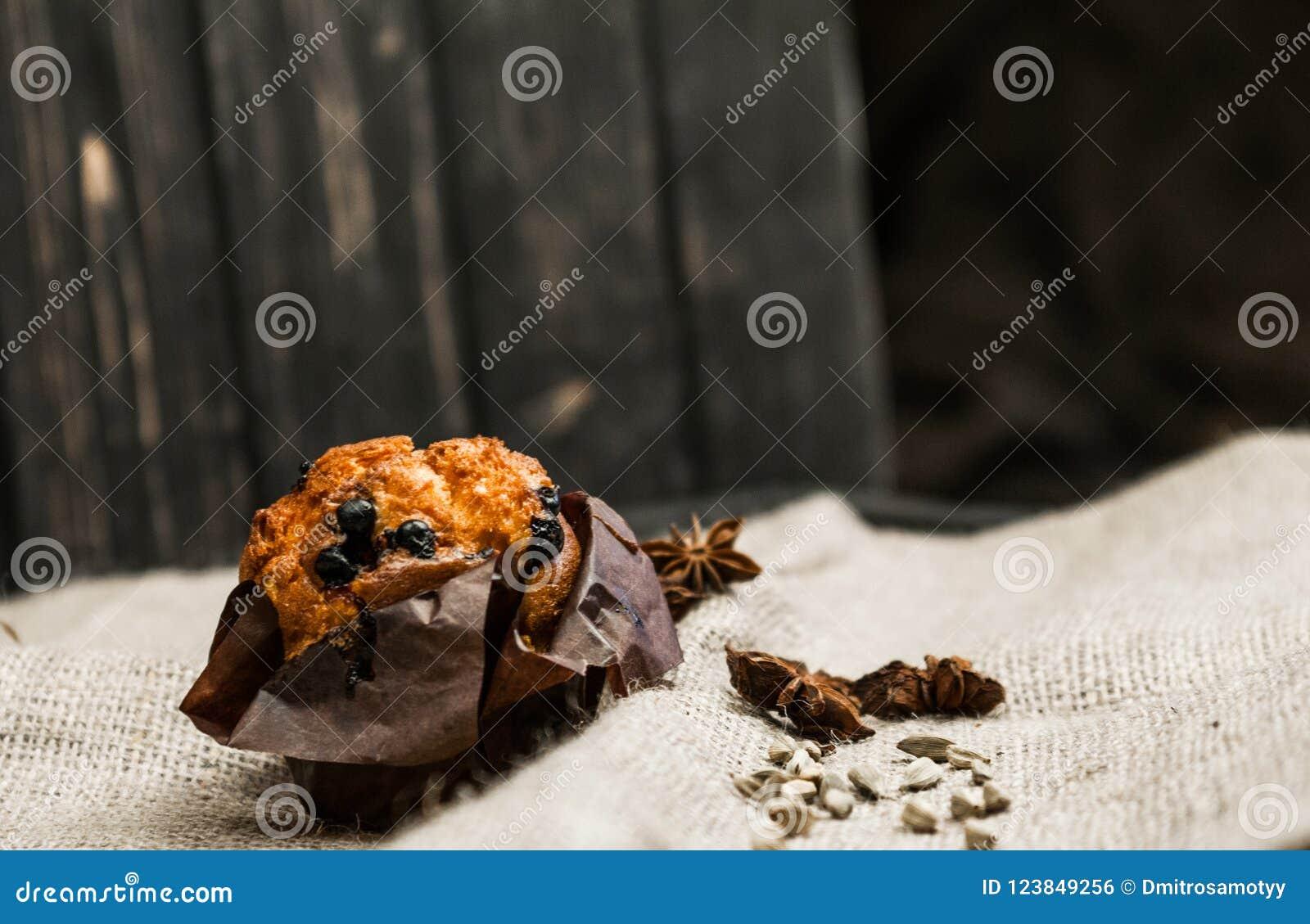 Ein interessantes Foto eines einfachen Kuchens Der Kuchen auf einem weißen Hintergrund wird mit Rosinen besprüht, nahe denen es e