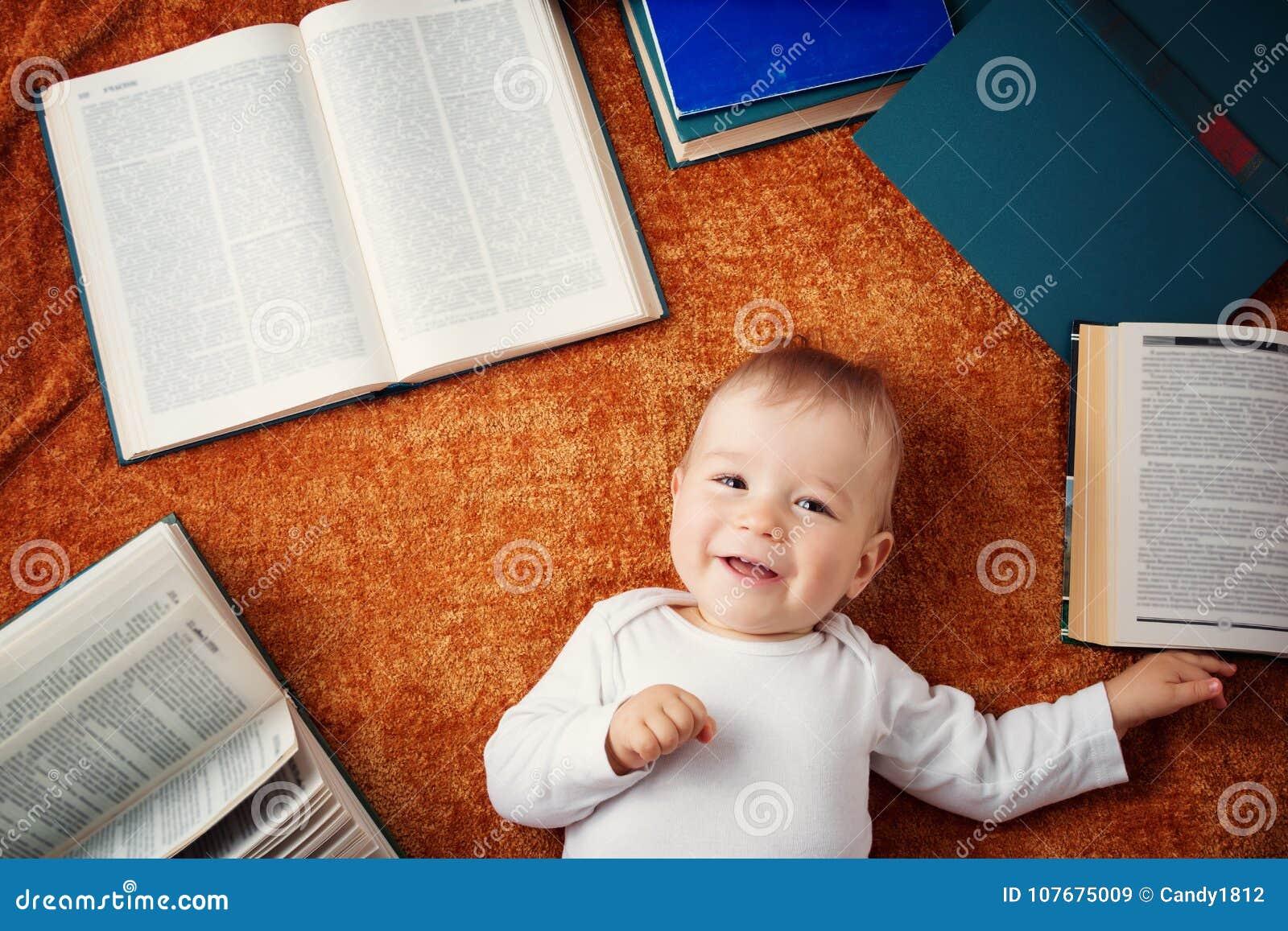 Ein jähriges Baby mit spectackles und Büchern