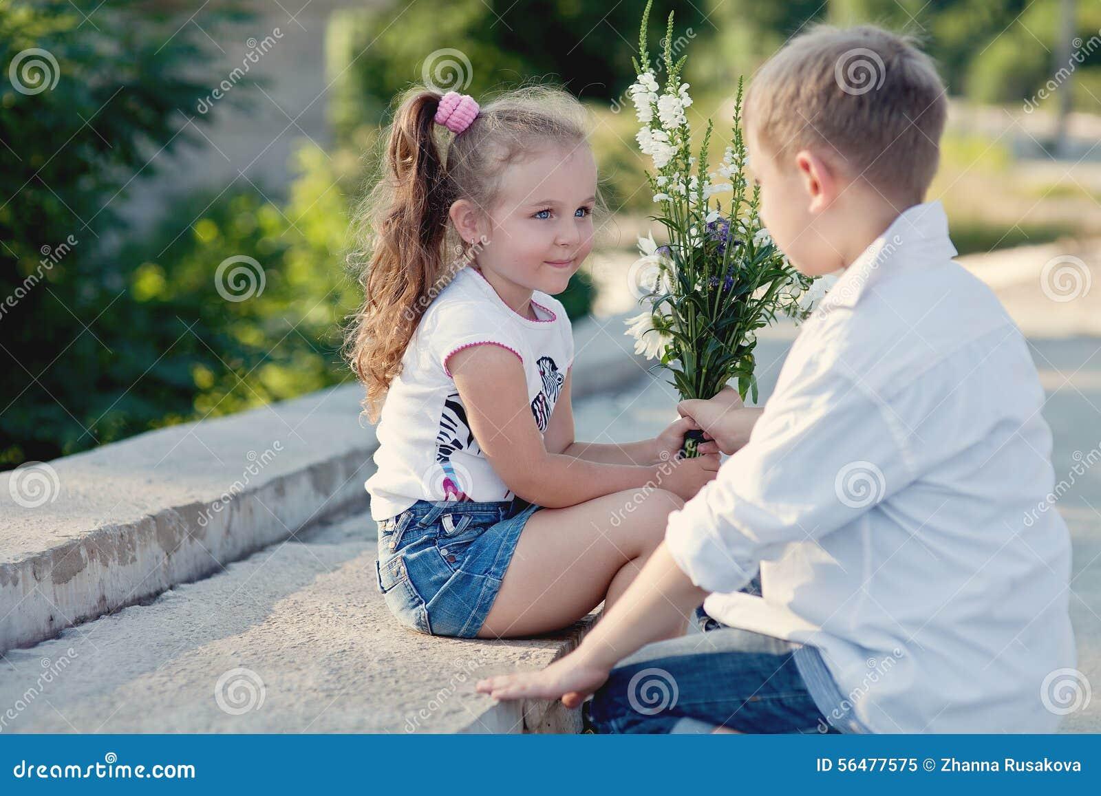 ein junge givving blumen zum girfriend auf einem datum stockbild bild von datum reisen 56477575. Black Bedroom Furniture Sets. Home Design Ideas
