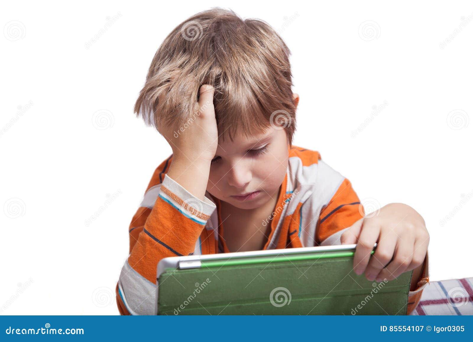 Ein Junge mit einem Tablet-Computer