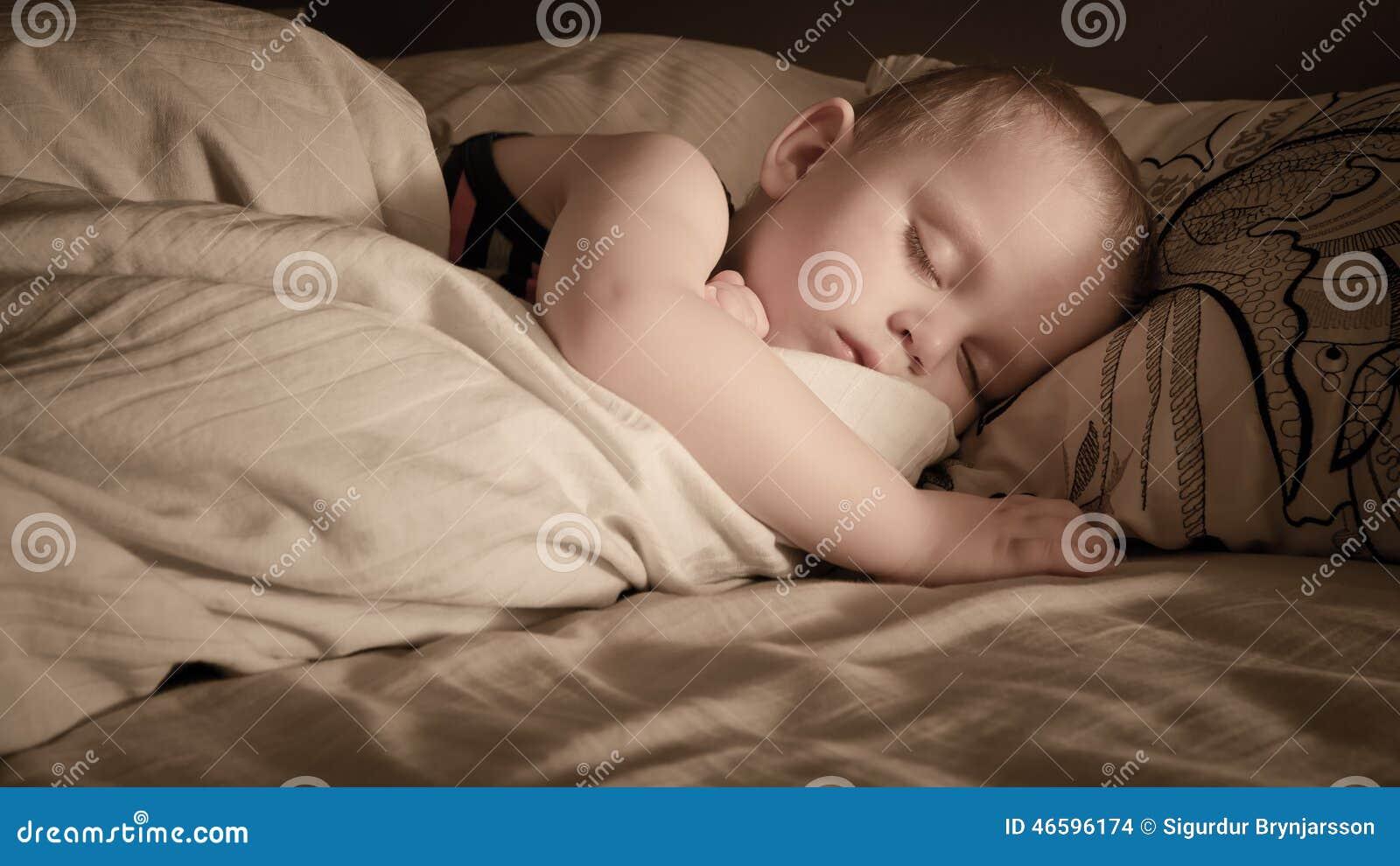 Ein Jungenschlafen