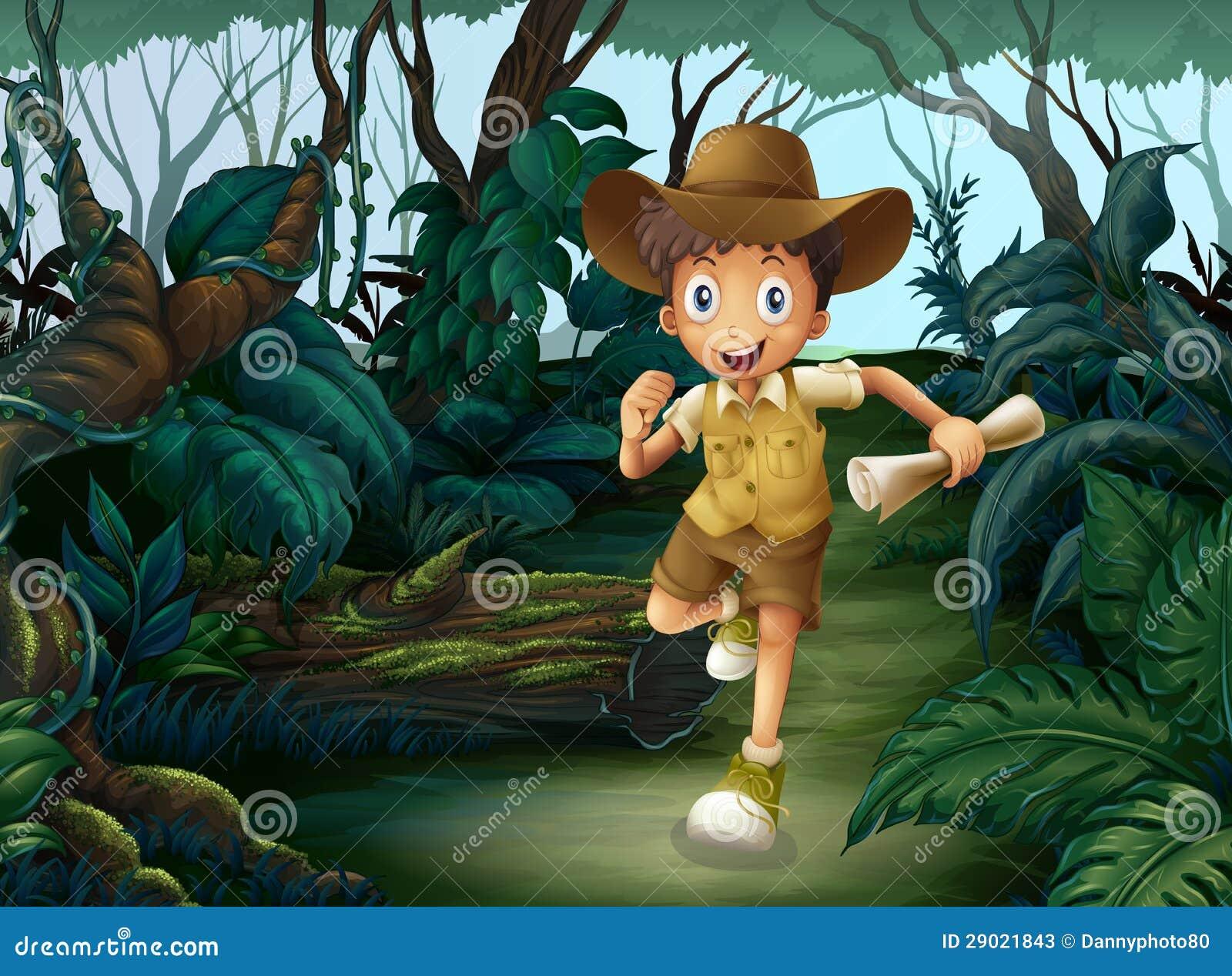 Ein junger Junge mitten in dem Holz