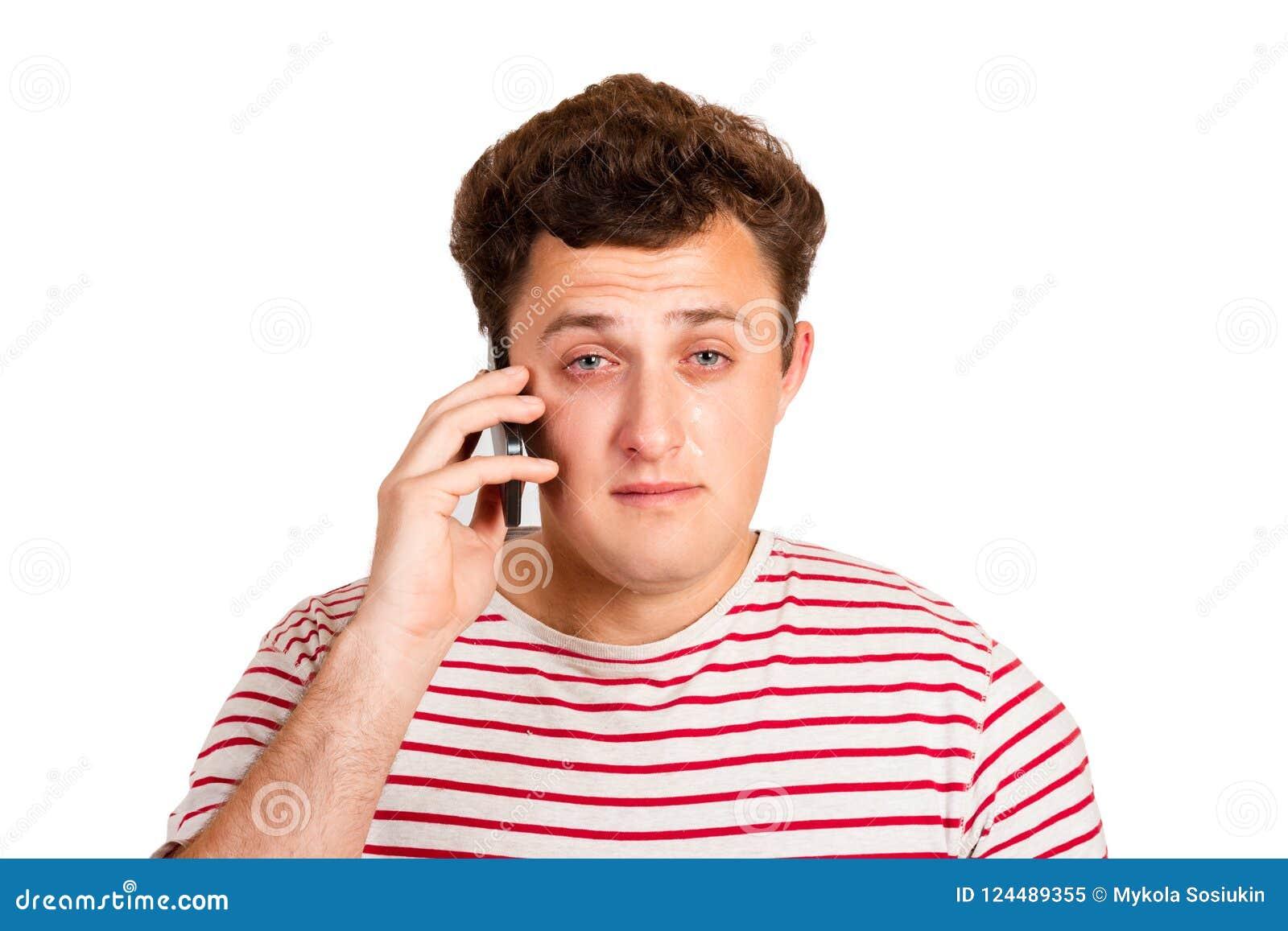 Ein junger Mann schreit über schlechte Nachrichten, indem er seine Augen schließt und an das Problem denkt, dass er an seinem Tel