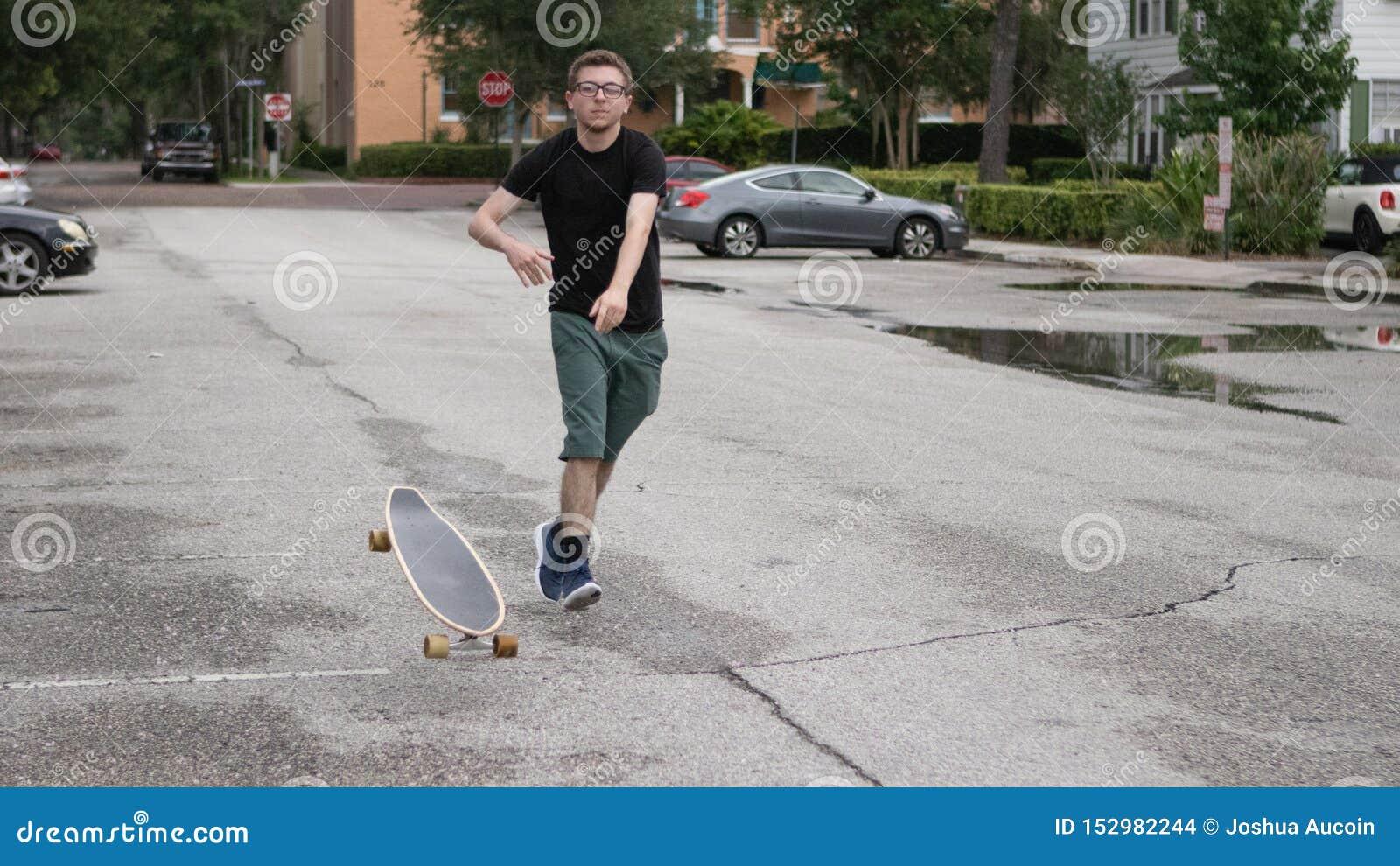 Ein junger Rochen wirft sein Skateboard