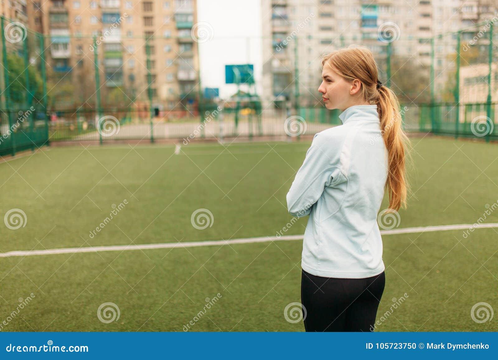 Ein junges Mädchen strebt herein Sport, Porträt, hübsches Mädchen in der Sportkleidung an Das Mädchen arbeitet in der offenen, Fr