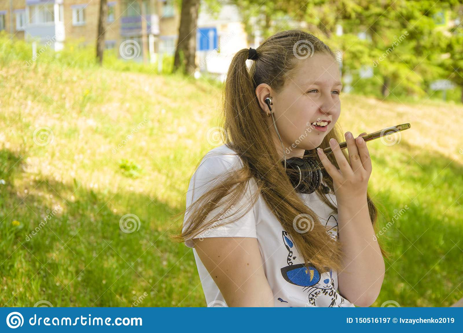 Ein junges M?dchen, das am Telefon spricht