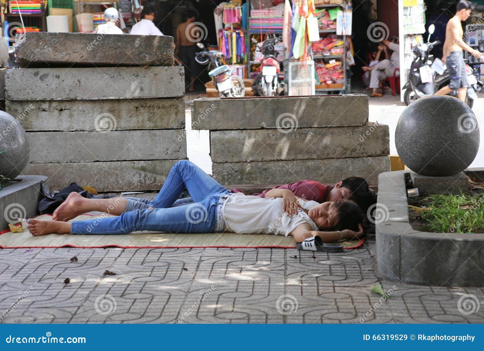 ein junges paar schlafen auf den stra en von hanoi in einander 39 s arme redaktionelles stockbild. Black Bedroom Furniture Sets. Home Design Ideas