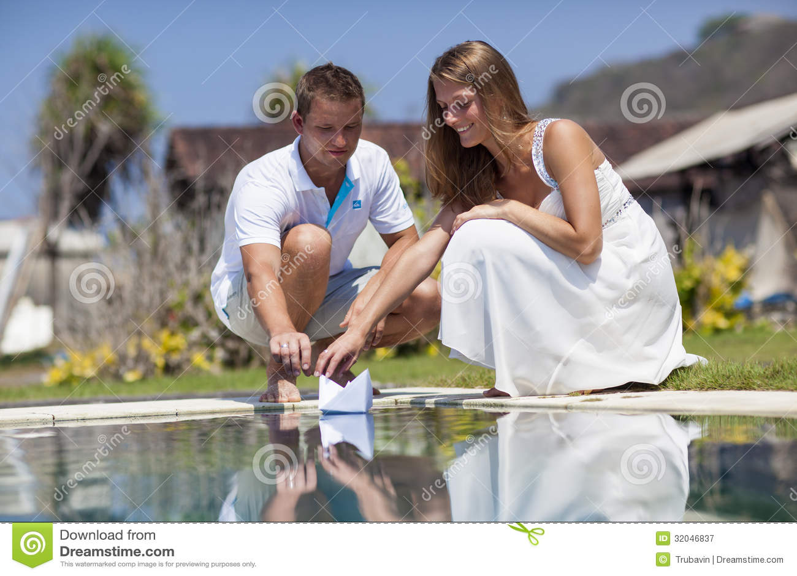 Junges Paar Am Pool