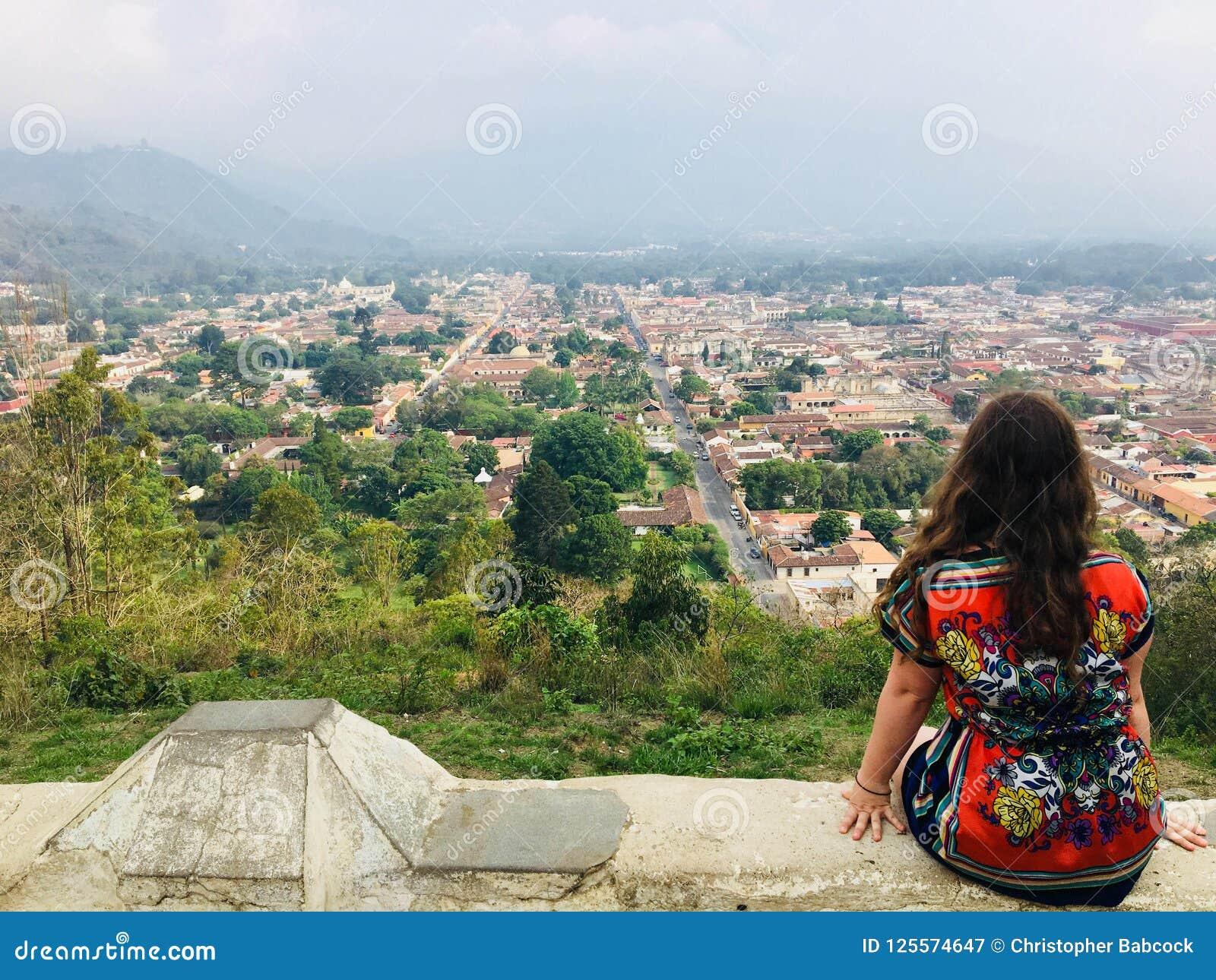 Ein junges weibliches touristisches bewundern Antigua, Guatemala vom cerr