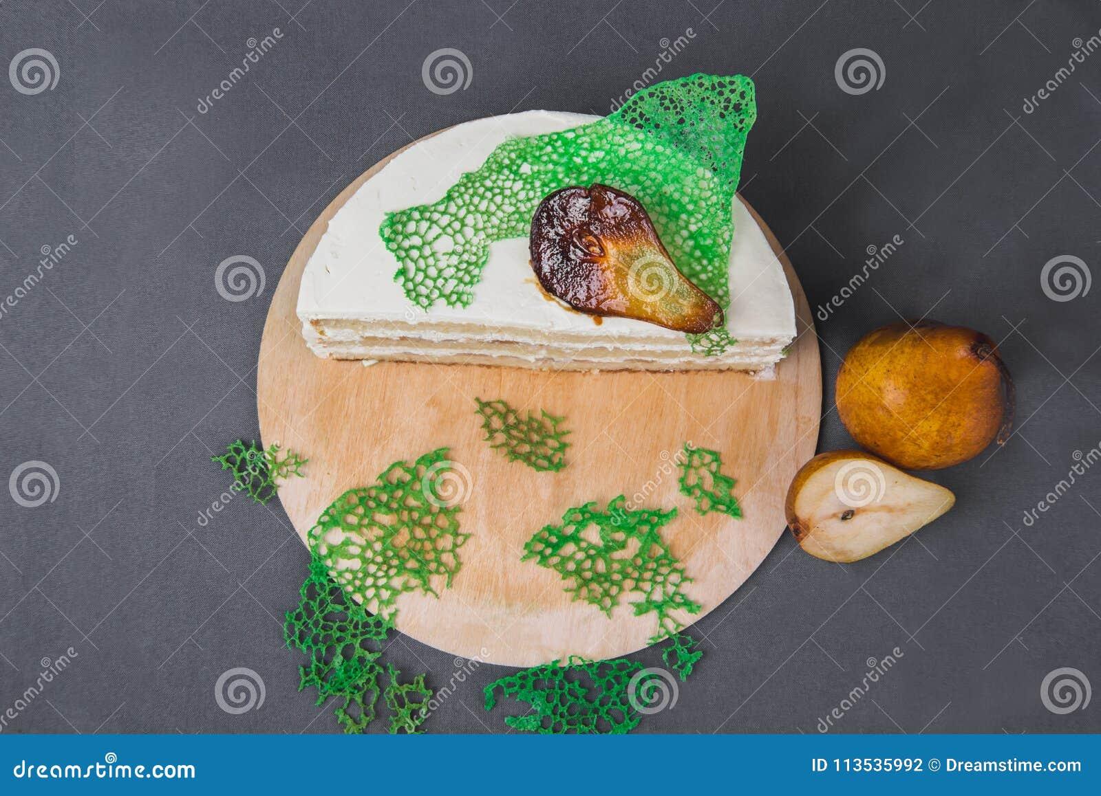 Ein köstlicher Kuchen verziert mit karamellisierten Birnen auf einem grauen Hintergrund