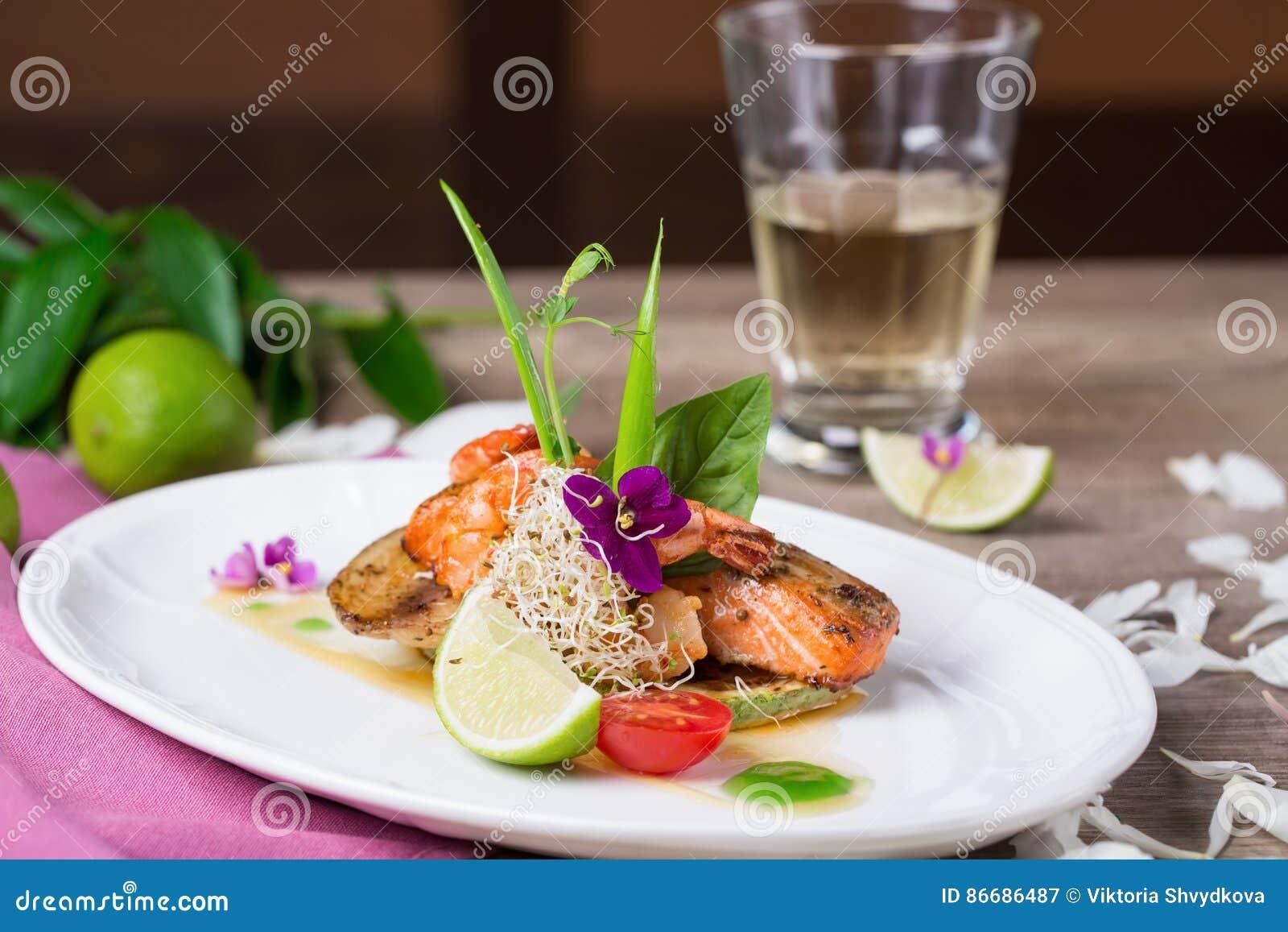Ein köstlicher Teller von gegrillten Lachsen
