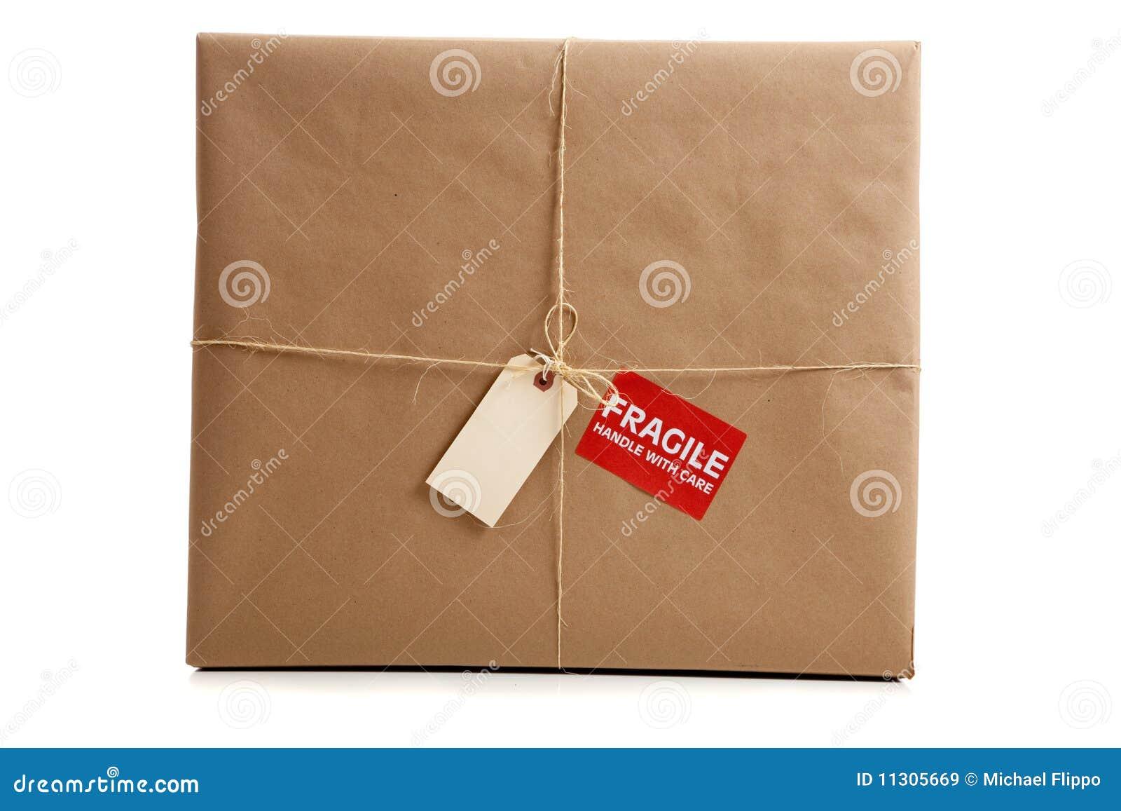 Ein Kasten eingewickelt im braunen Papier mit unbelegter Marke