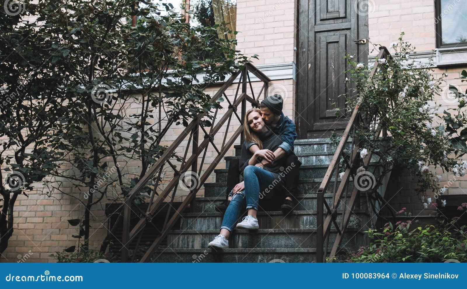 Ein Kerl mit einem Hund