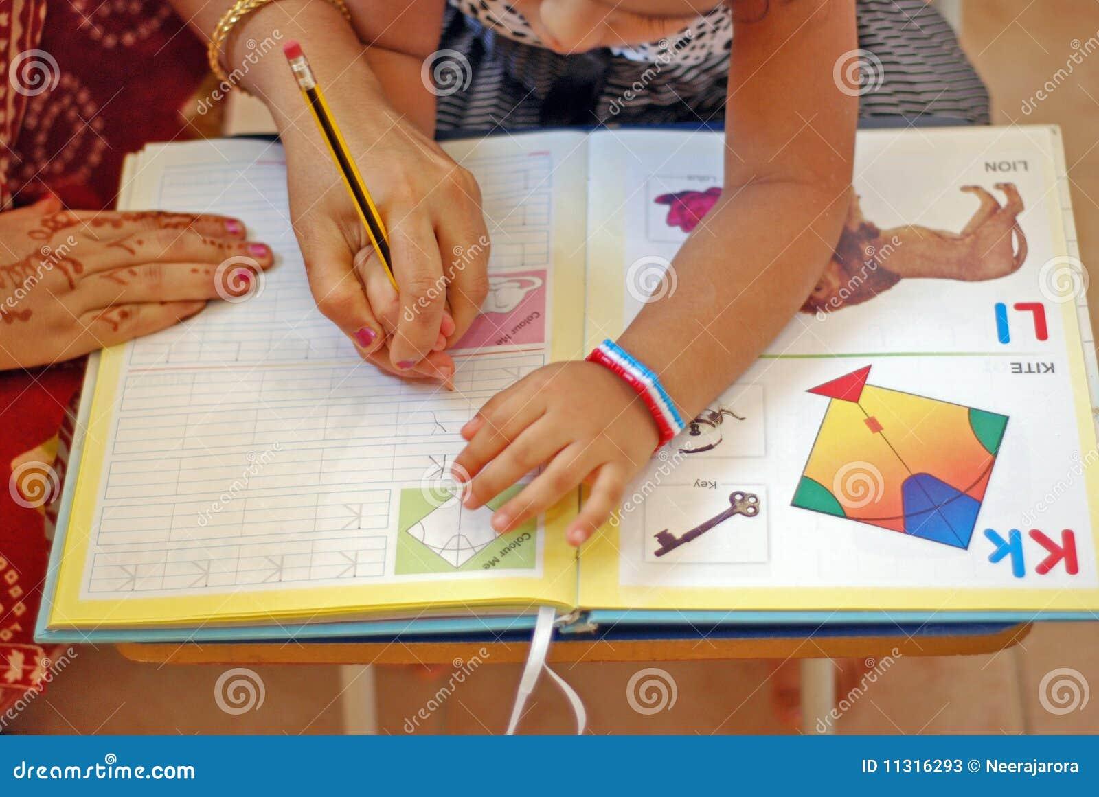 Ein Kind, das wie man erlernt, schreibt