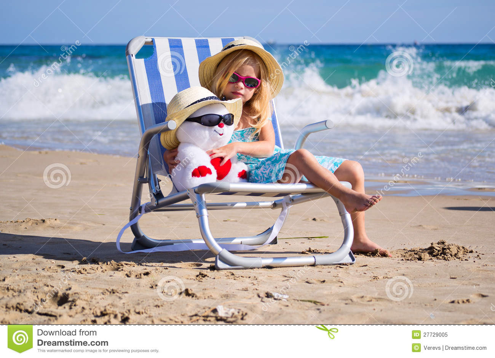 Ein Kind sitzt auf einem Klappstuhl mit einem Spielzeug
